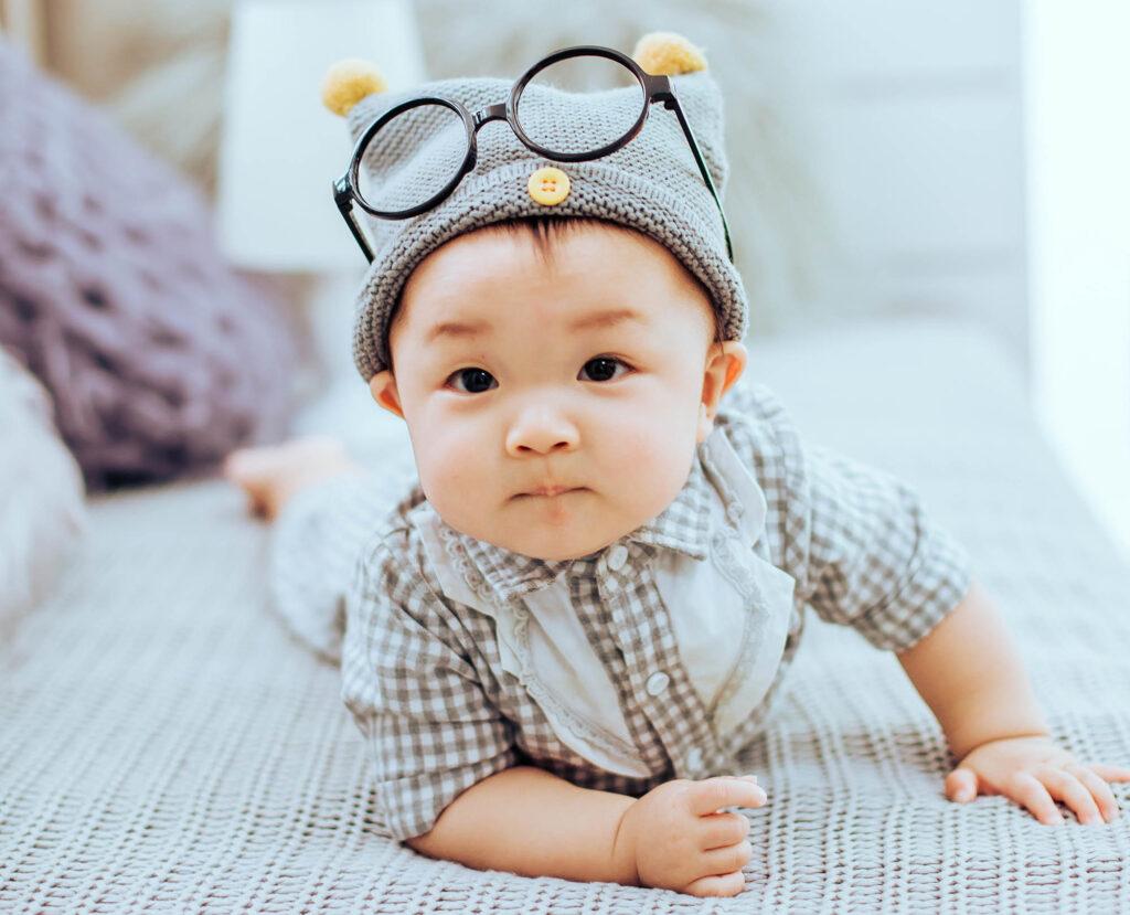 bebê usando óculos na cabeça